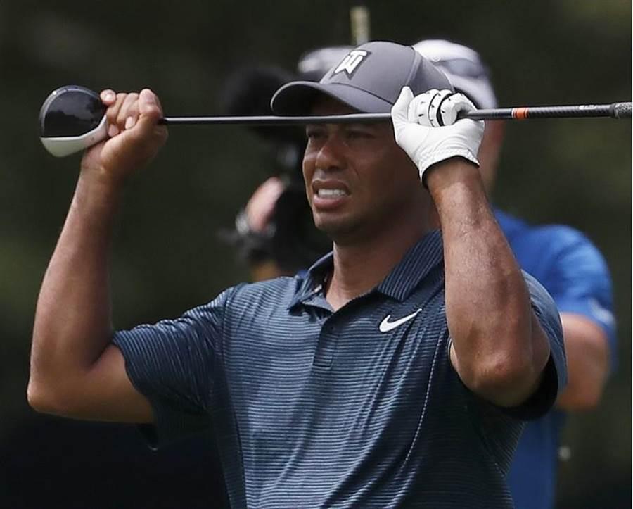 老虎伍茲在PGA錦標賽看著自己揮出去的球。(美聯社)