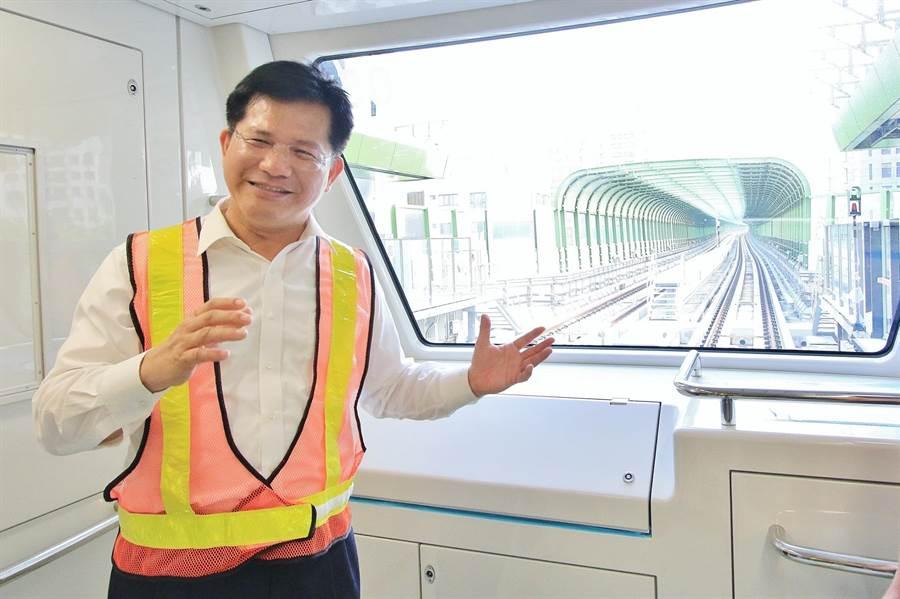 台中市長林佳龍說,民眾可在車廂內自由欣賞窗外景色,台中市的捷運設計融入城市地景。(盧金足翻攝)