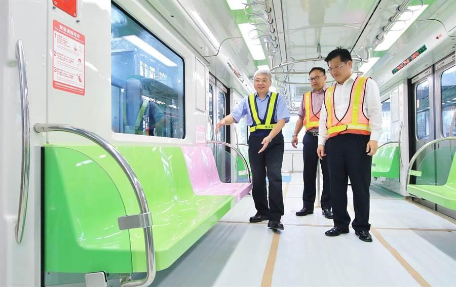 北捷機工處副處長許宗賢(左起)向台中市交通局長王義川、台中市長林佳龍介紹車廂內部空間,從站體內部逐步進入車廂,呈現捷運綠線的特色。(盧金足翻攝)