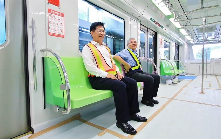 台中市長林佳龍(左)體驗貼心的座椅,直呼「椅子符合人體工學設計,真好坐!」(盧金足翻攝)