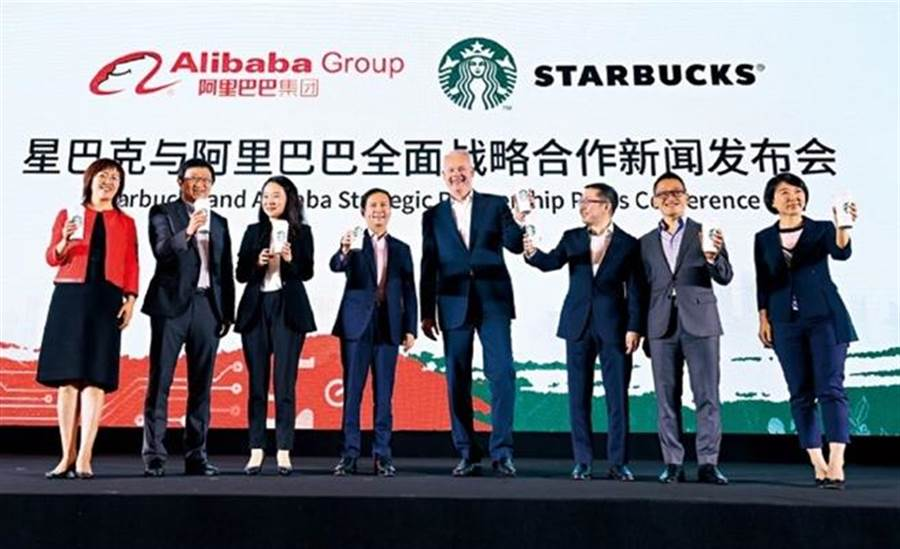 不敵新零售風潮,星巴克執行長強森(右4)與阿里巴巴首席執行長張勇(左4)攜手外送服務。強森說,「中國是星巴克發展和創新速度最快市場。」(來源.法新社)