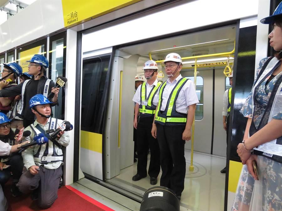 台北市長柯文哲今(10日)上午前往新北市環狀線十四張站視察。(葉書宏攝)