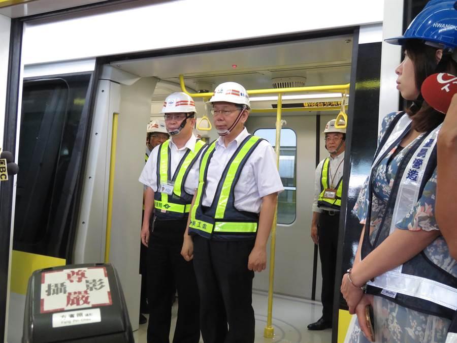 台北市長柯文哲今天上午前往新北市環狀線十四張站視察。(葉書宏攝)