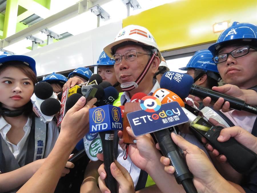 台北市長柯文哲上午前往新北市環狀線十四張站視察。(葉書宏攝)