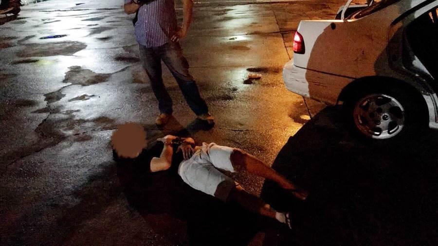 陳嫌看見警方圍捕突然裝病倒地不起,送醫檢查經一番折騰後,仍待發監執行。(張妍溱翻攝)