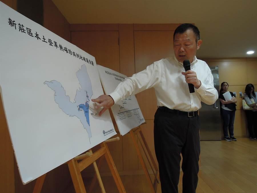 新北市衛生局長林奇宏以新莊區地圖說明新北市登革熱疫情狀況。(陳俊雄攝)