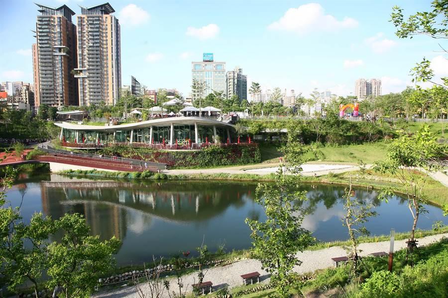從惠來停車場旁的iBike騎乘上路,5分鐘內可到秋紅谷或百貨商圈。(盧金足攝)