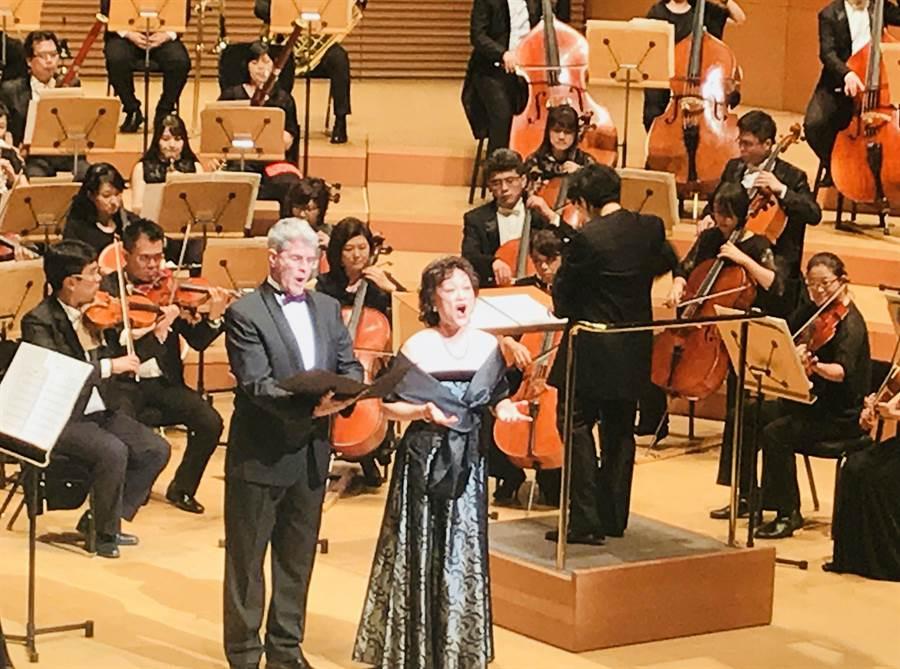 旅美女高音陳麗嬋(右)歌唱技巧依舊,與夫婿也是聲樂家麥約翰合唱《嘸通嫌台灣》,歌聲令人動容。(國台交提供)