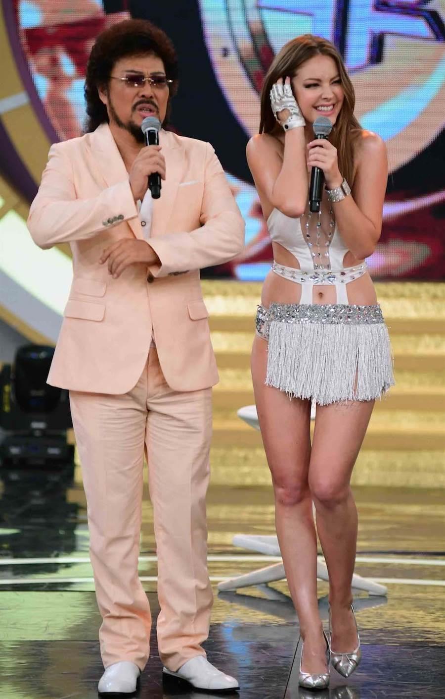 安妮在張菲主持的節目大跳熱舞。(圖片提供:華視)