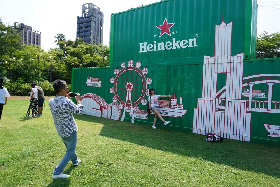 海尼根世界城市滑水道活動也結合貨櫃裝置藝術,民眾可以拍照打卡。(柯宗緯攝)