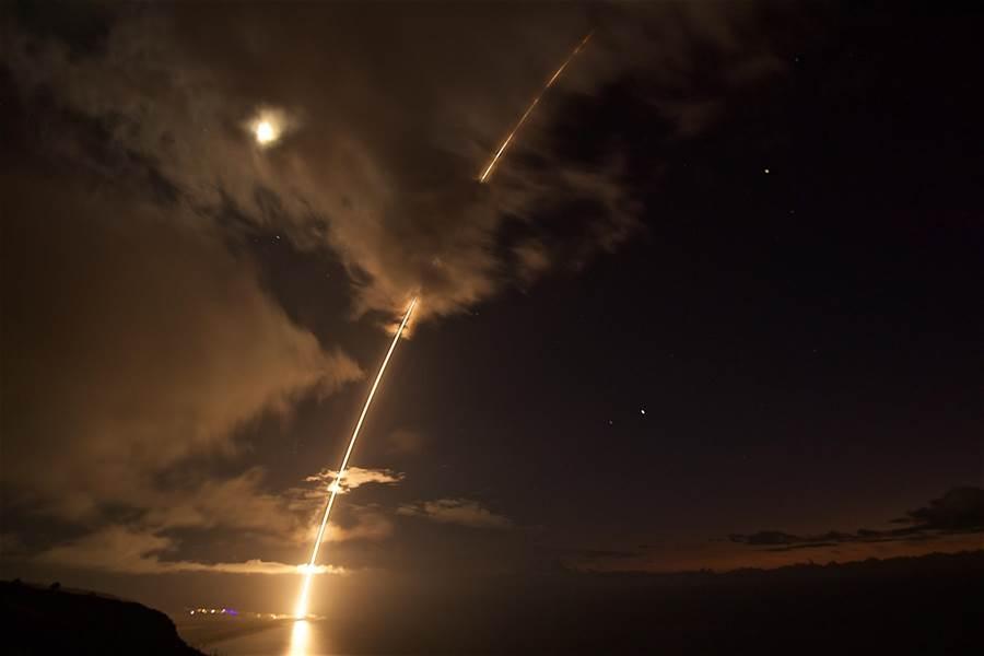 各國軍事技術快速發展與競爭,未來太空軍事化似乎是不可避免的趨勢。圖為美國在夏威夷測試以高空防禦導彈來攔截敵方彈道導彈來襲。(圖/美聯社)