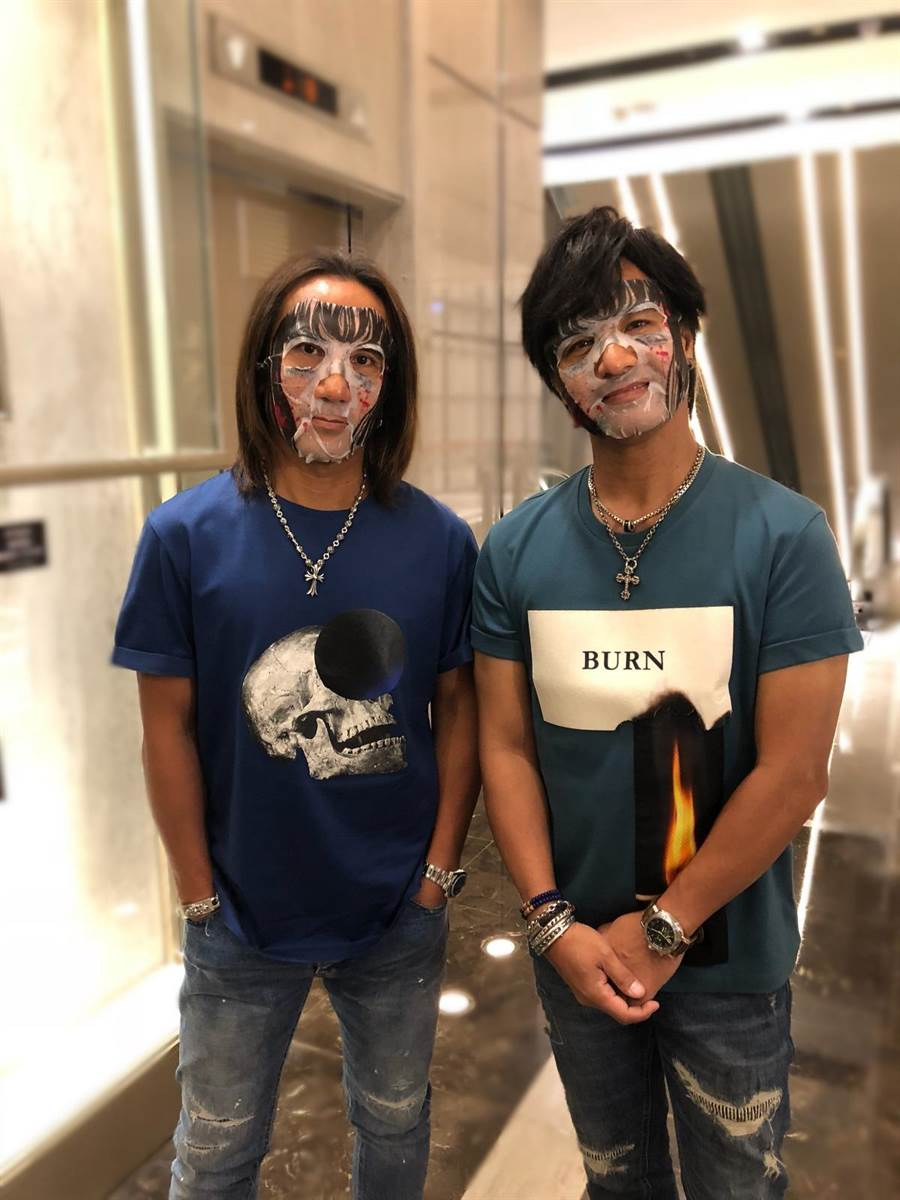 顏志琳(左)尤秋興挑戰鬼屋試膽。(華研提供)
