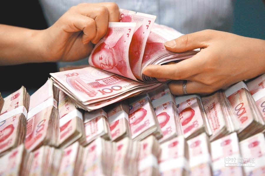 外匯策略師認為,若報復性關稅措施不見和緩,不排除人民幣1年內跌破7字頭。(美聯社)