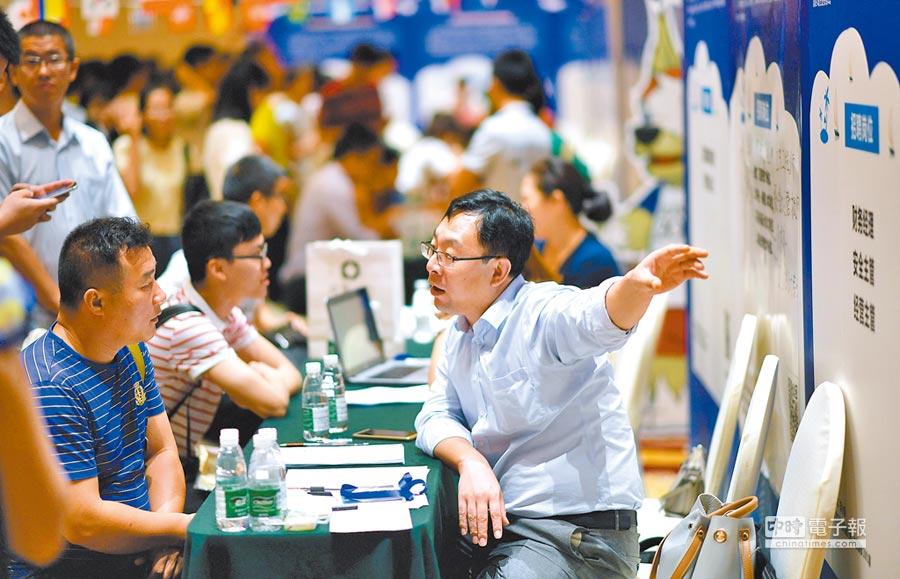 2018年6月23日,「招才引智」名企創智人才專場招聘會在海口舉行,吸引數千求職者前來應聘。(新華社)