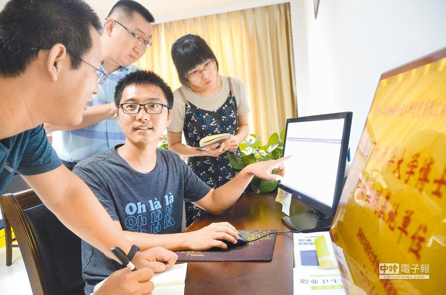 8月7日,在山東一家公司,清大博士生講解自己開發的文檔管理系統的操作方法。(新華社)