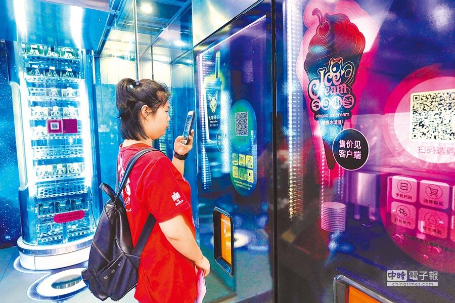 上海消費能力居大陸之冠,圖為6月29日,上海市民在智慧便利店掃碼購買食品。(中新社)