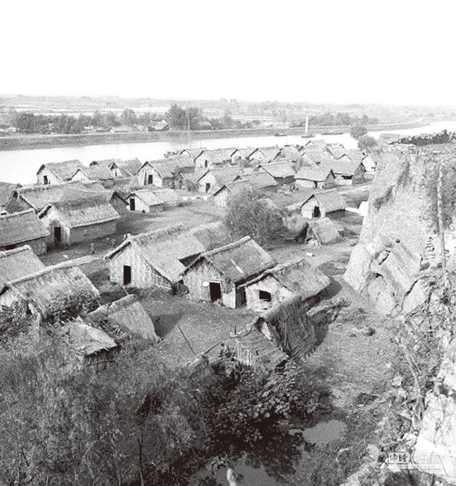 1930年,南京城牆邊窮苦的百姓草房。(取自網路)