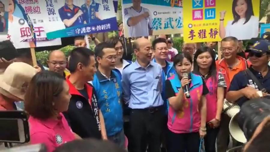 國民黨台北市議員參選人羅智強、游淑慧將所募得捐款,贊助韓國瑜廣告一百輛嗆聲公車。今日記者會上,韓國瑜表示非常感動。(資料照/羅智強臉書)