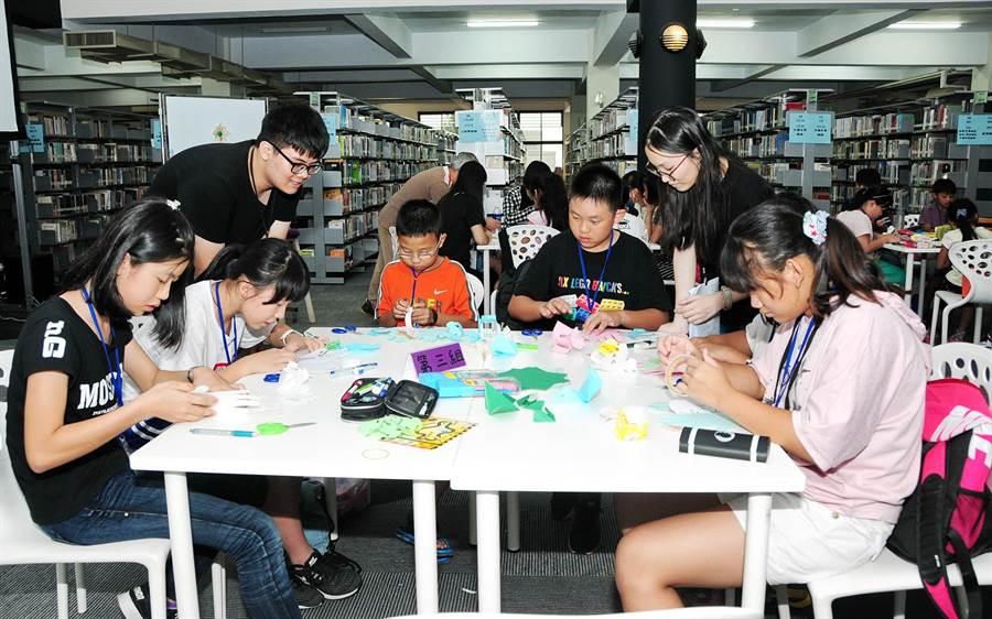 靜宜「暑期創意閱讀營」,偏鄉小學生夜宿大學圖書館,創作屬於自己的繪本手工書。(陳世宗攝)