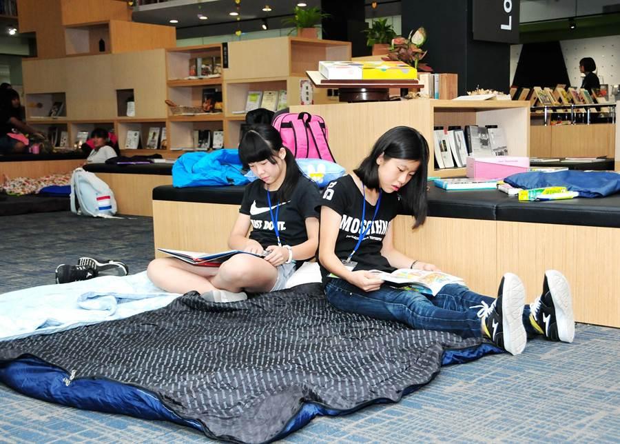 靜宜大學「第四屆暑期創意閱讀營」,參與的53位小學生夜宿靜宜圖書館,並創作屬於自己的「禮物」繪本手工書。(陳世宗攝)
