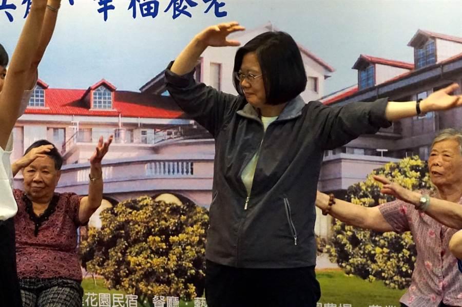 蔡英文總統參訪老人養護中心,一同與長輩互尬健康操。(王文吉攝)