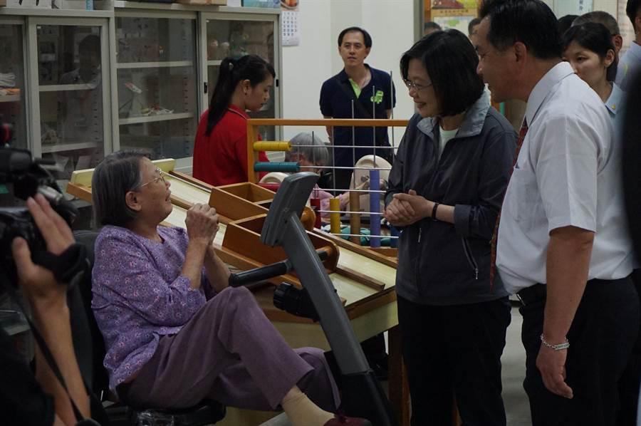 蔡英文總統(右二)參觀復健室,親切地向住民長輩寒暄問暖。(王文吉攝)