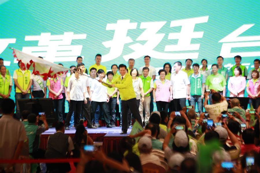 蔡英文總統為爭取連任的台中市長林佳龍及民進黨提民36位議員提名人授旗並加油打氣。(馮惠宜攝)
