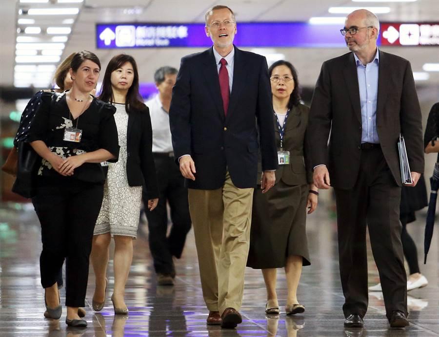 美國在台協會新任處長酈英傑(中)說,希望能與台灣人民一起努力,強化雙方關係。(范揚光攝)