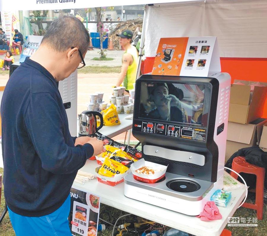 新光三越超市首辦韓國物產展,引進自動泡麵機。圖/新光三越提供