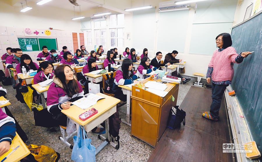 教育部課綱審查會議將高中歷史的「中國史」併入「東亞史」,引發外界質疑政治意識作祟,陸學者則痛批這是文化台獨「大躍進」。圖為高中生上課情形。(本報資料照片)