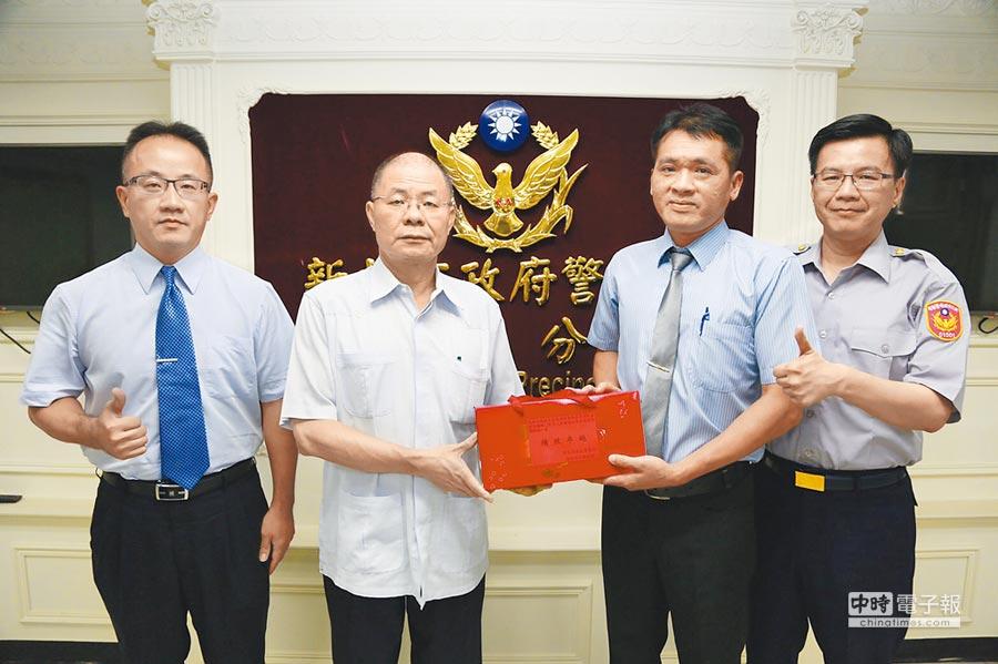 新北市政府警察局長胡木源(左二)慰勉執行安居緝毒專案有功人員。(葉書宏攝)