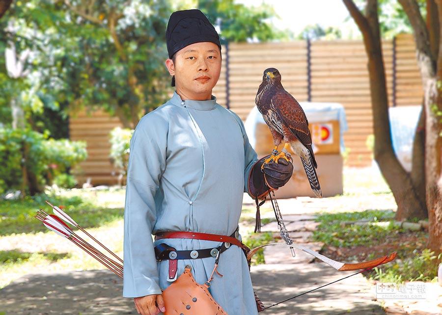 李光智換上唐服,繫上弓箭,展示古人彎弓射箭、策馬揚鷹的風情。(黃國峰攝)