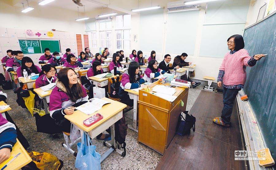 歷史課綱恐把中國史併入東亞史。圖為高中生上課情形。(本報系資料照片)