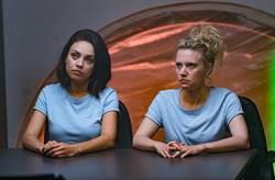 普妹閨蜜捲入諜報案 蜜拉庫妮絲、凱特麥金儂超鏘大逃亡