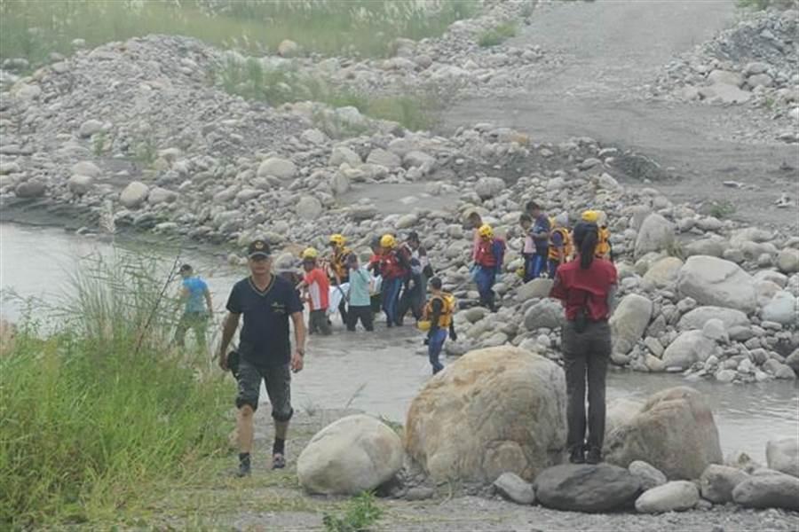 消防及救難人員接力將賴男遺體抬上岸。(陳慶居攝)