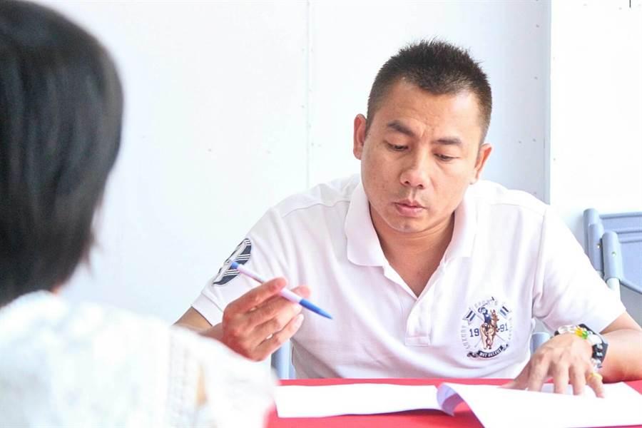 12人經過篩選進入海選第2階段,許燕輝親自主持面試。(許燕輝總部提供)