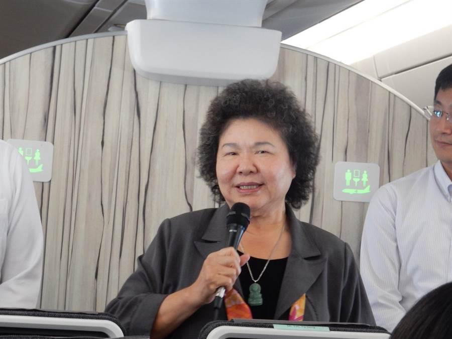 總統府祕書長陳菊說準備兩本書,在飛機上度過超過12小時。(圖/陳建瑜攝)