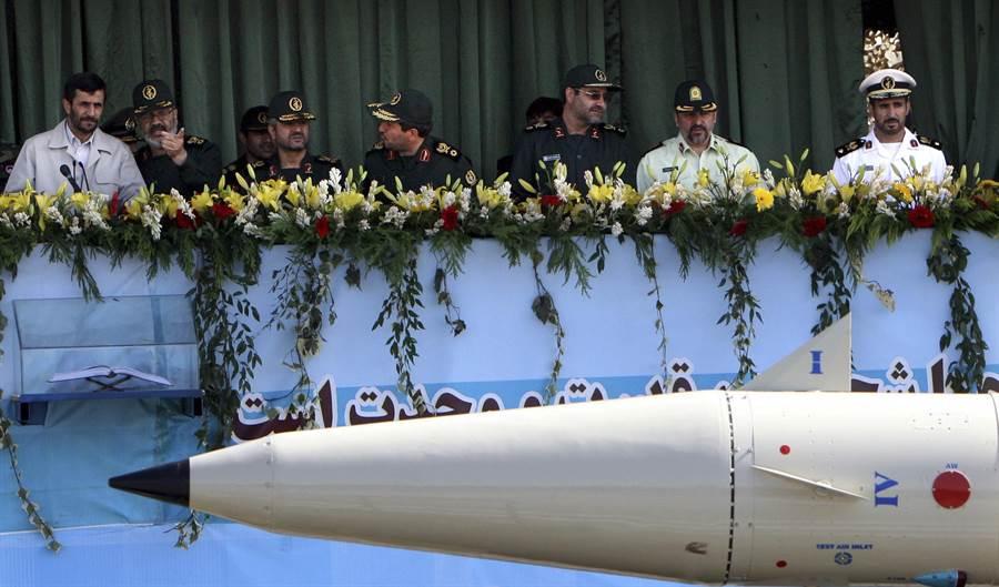 伊朗為兩伊戰爭獲勝紀念日舉行大規模閱兵,圖中是征服者-110型彈道導彈在閱兵式中通過觀禮台。(圖/美聯社)