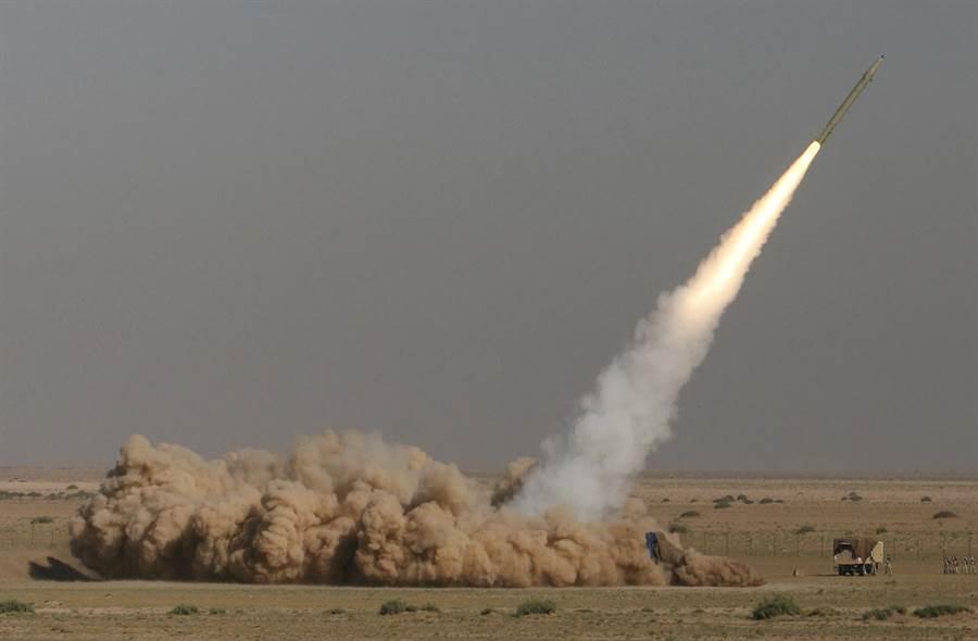 圖為征服者-110型短程彈導彈試射檔案照片。(圖/美聯社)