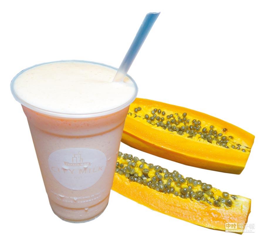 「CITY MILK」的招牌木瓜牛奶採用台農二號木瓜、進口奶粉、二砂糖與冰塊,依自家配方比例調製,不只有奶味更有濃濃木瓜香。(馮惠宜攝)