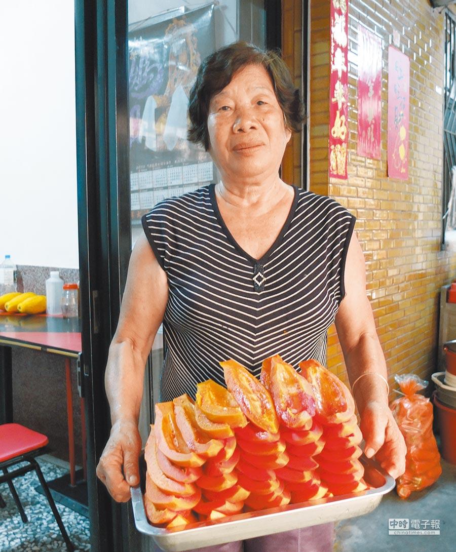 老闆娘施林月娥指出,店內老欉木瓜用量大,平均約2至3天需進行採購,每次約200台斤,數量驚人。(張伊珊攝)
