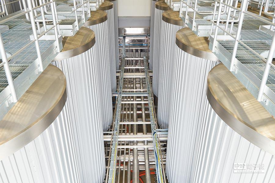 金車柏克金啤酒廠約2000坪,有28座發酵槽,年產量達1萬噸。