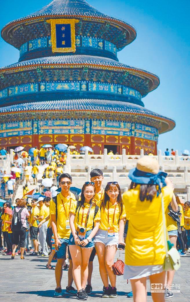 參觀北京天壇的台胞青年夏令營營員在祈年殿前合影。(新華社資料照片)