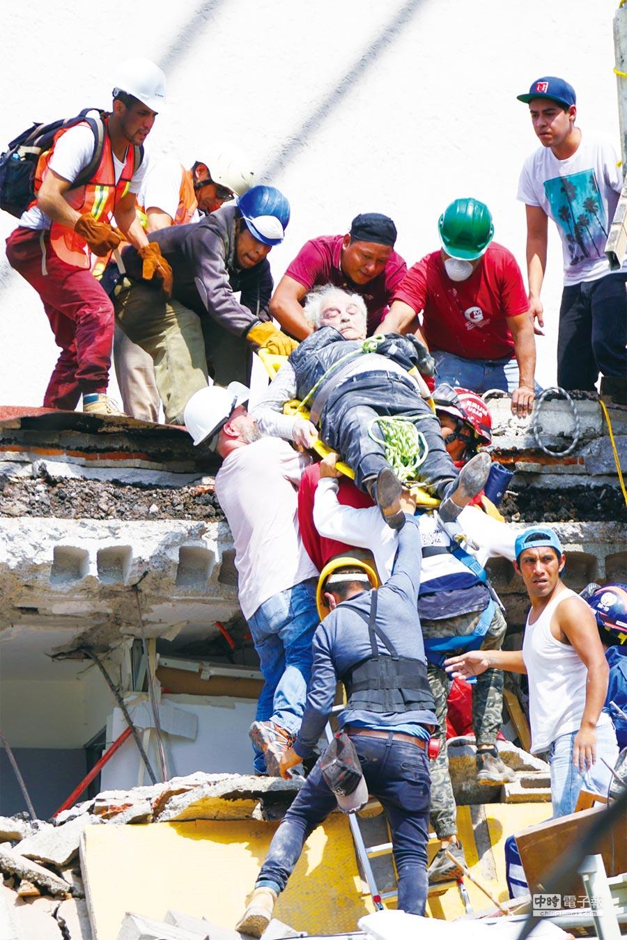 2017年9月19日,在墨西哥首都墨西哥城,人們運送一名地震中的傷者。(新華社攝)