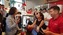 抵達洛杉磯 蔡英文與團員喝台灣人開的85°C咖啡