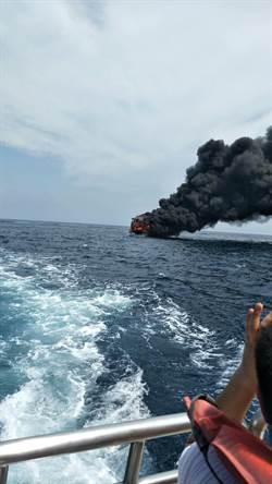 影》海上驚魂! 花蓮滿載遊客賞鯨船失火黑煙竄天 46旅客逃他船獲救