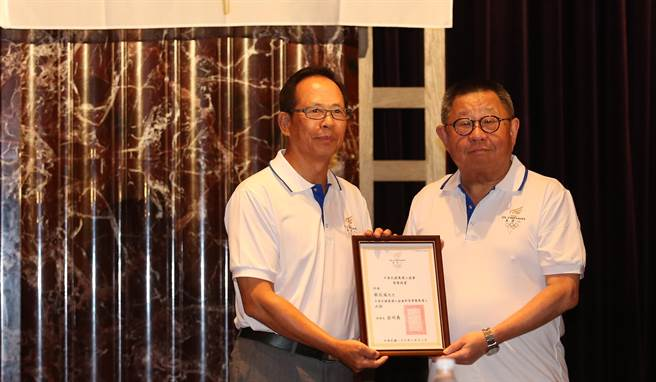 前奧會主席蔡辰威(右)獲頒終身榮譽奧運人。(奧運人協會提供)