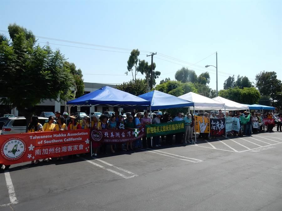 僑委會「洛杉磯華僑文教服務中心 」外,手持民進黨旗的台僑正歡迎蔡英文總統到來。(陳建瑜攝)