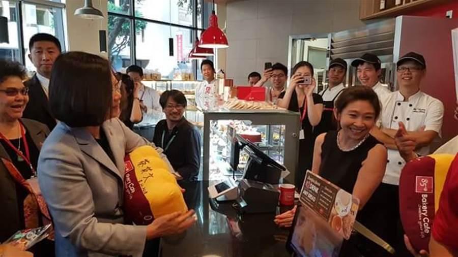 蔡總統在洛杉磯85°C咖啡。(圖取自立委蔡適應臉書)