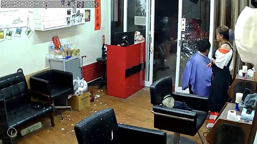 基隆市仁一路1間理髮店,疑似因為股東金錢糾紛,遭到不明惡煞騷擾潑漆,還噴濺到無辜的店員及客人身上、臉上。(翻攝自基隆人臉書社團)